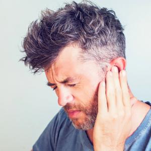 Aures - homme qui a mal aux oreilles