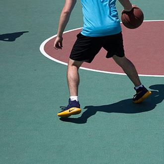 joueur de basket en action