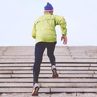 sportif qui monte des escaliers extérieures à la course à l'hiver