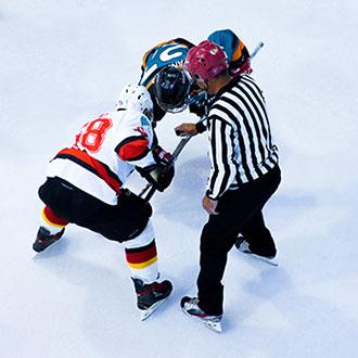 joueurs de hockey et arbitre sur la glace